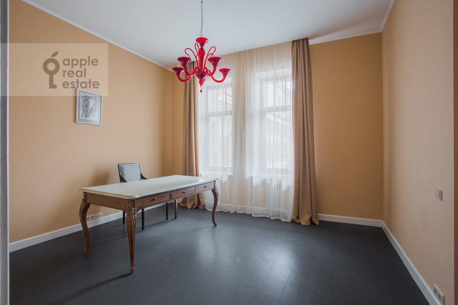 Детская комната / Кабинет в 5-комнатной квартире по адресу Лаврушинский пер. 11к1