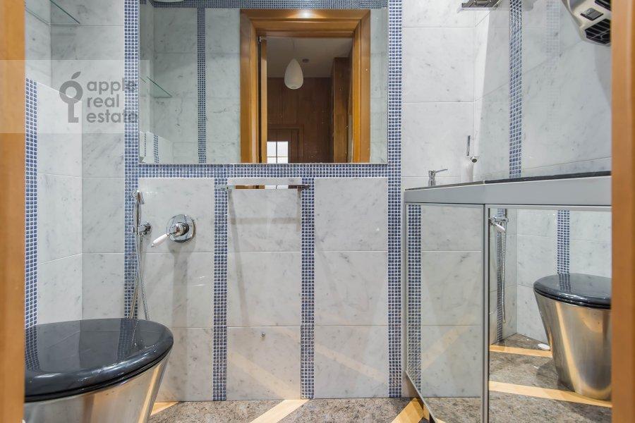 Bathroom of the 5-room apartment at Krivoarbatskiy pereulok 12