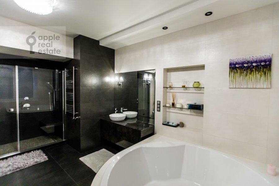 Bathroom of the 6-room apartment at Karamyshevskaya nab. 62k1