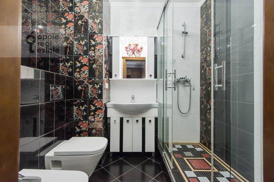 Bathroom of the 3-room apartment at Khamovnicheskiy Val ul. 36