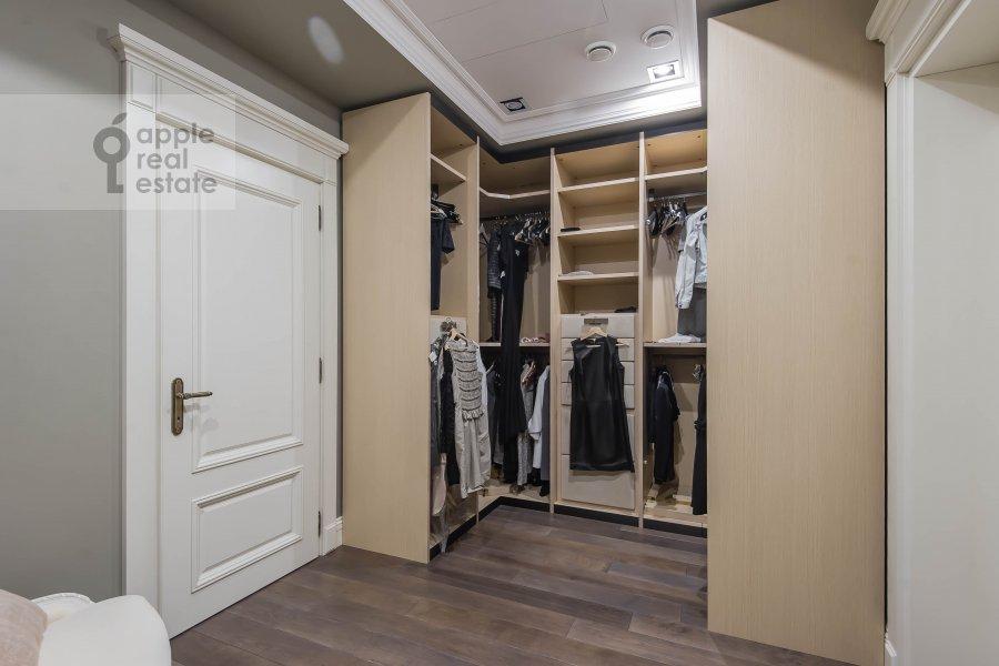 Гардеробная комната / Постирочная комната / Кладовая комната в 5-комнатной квартире по адресу Малый Новопесковский переулок 8
