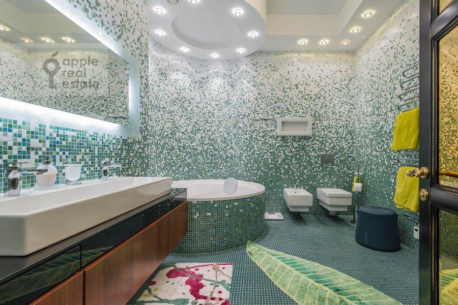 Bathroom of the 3-room apartment at Ermolaevskiy pereulok 16