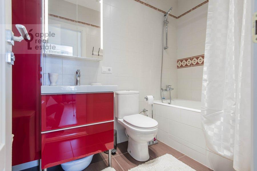 Bathroom of the 3-room apartment at Novyy Arbat ul. 16