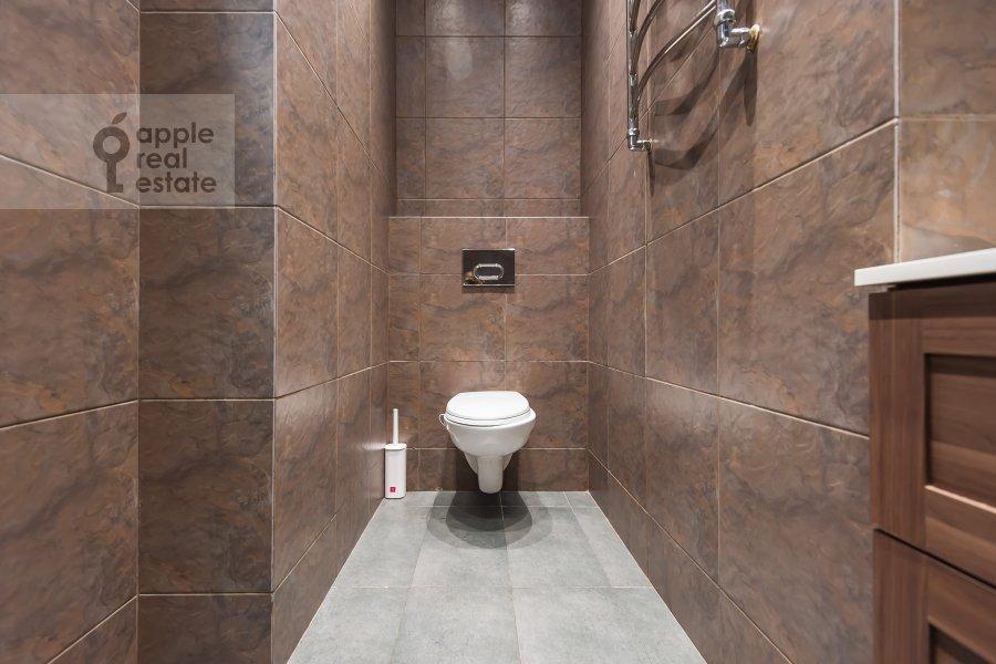 Bathroom of the studio apartment at Dukhovskoy per. 17s10
