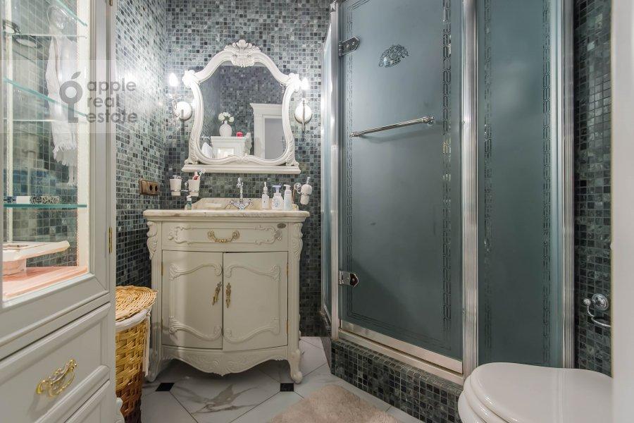 Санузел в 5-комнатной квартире по адресу Печатников пер. 3с1