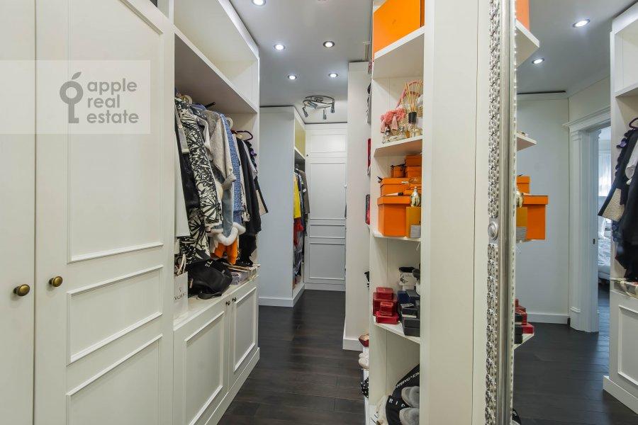 Гардеробная комната / Постирочная комната / Кладовая комната в 5-комнатной квартире по адресу Печатников пер. 3с1