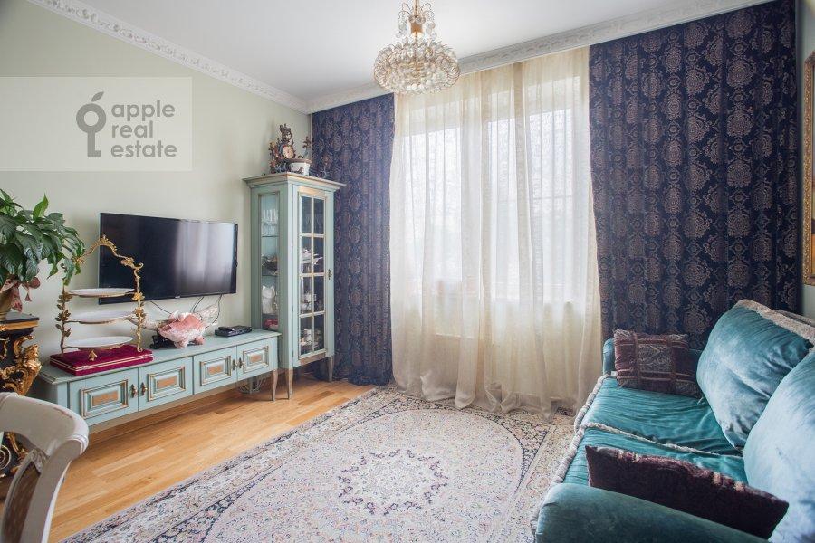 Living room of the 3-room apartment at Ruzheynyy per. 3