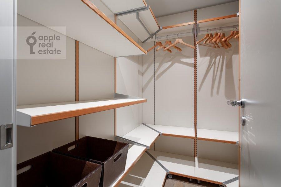 Гардеробная комната / Постирочная комната / Кладовая комната в 3-комнатной квартире по адресу Мосфильмовская 70к3