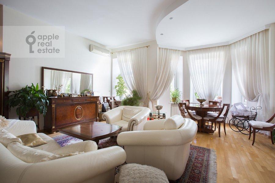 Living room of the 4-room apartment at ulitsa Znamenka 15