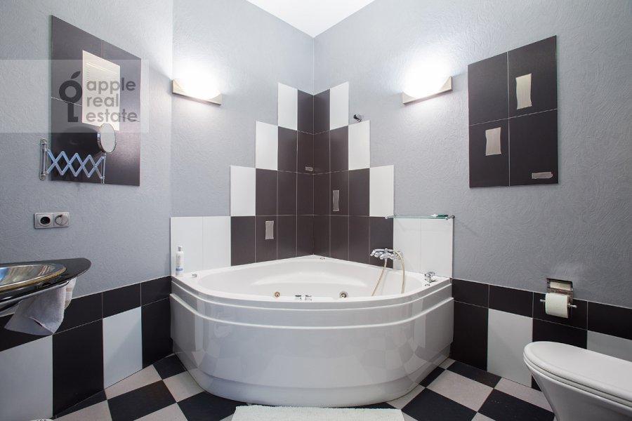 Bathroom of the 4-room apartment at ulitsa Znamenka 15