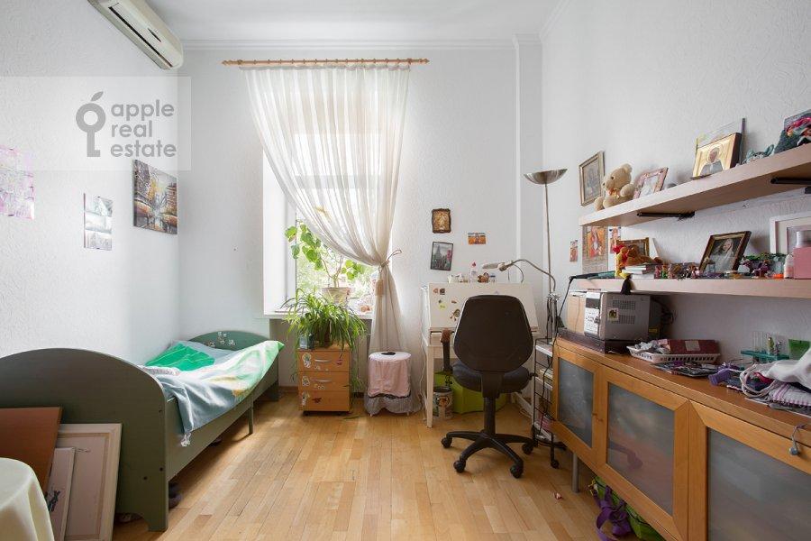 Children's room / Cabinet of the 4-room apartment at ulitsa Znamenka 15