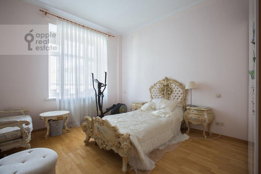 Bedroom of the 4-room apartment at ulitsa Znamenka 15
