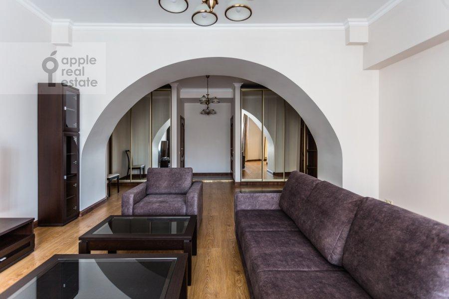 Гостиная в 2-комнатной квартире по адресу Большой Овчинниковский переулок 26с2