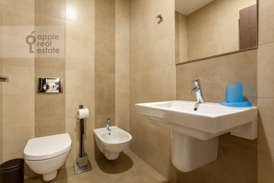Bathroom of the 3-room apartment at Ruzheynyy pereulok 3