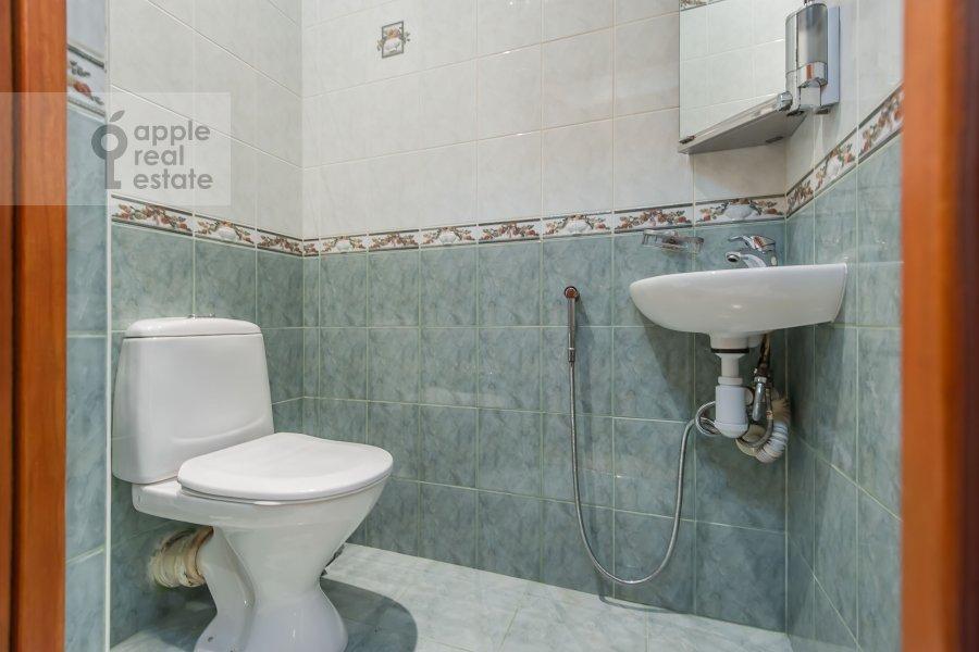 Bathroom of the 5-room apartment at Slesarnyy pereulok 3