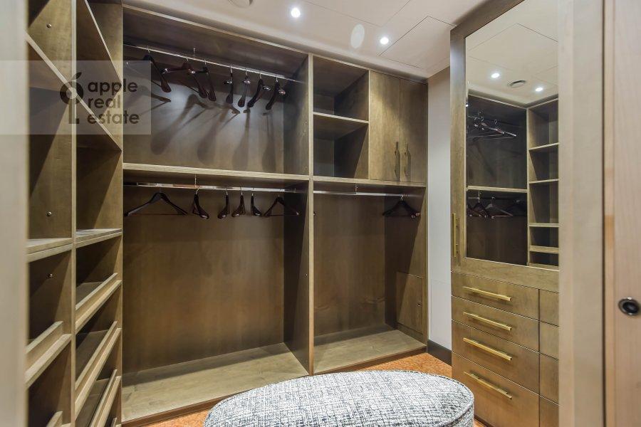 Гардеробная комната / Постирочная комната / Кладовая комната в 6-комнатной квартире по адресу Коробейников переулок 1