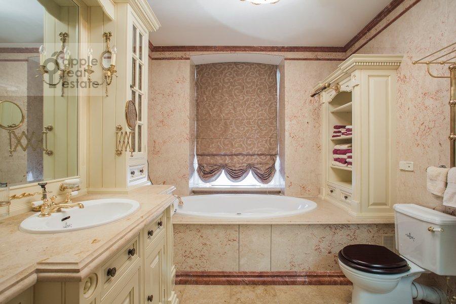 Bathroom of the 3-room apartment at Pozharskiy pereulok 9