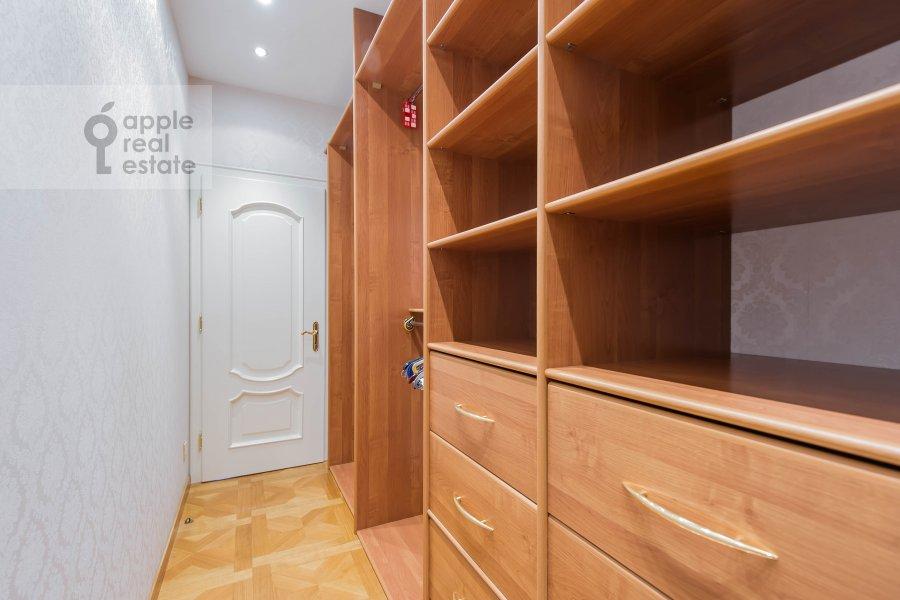 Гардеробная комната / Постирочная комната / Кладовая комната в 4-комнатной квартире по адресу Малый Николопесковский переулок 4