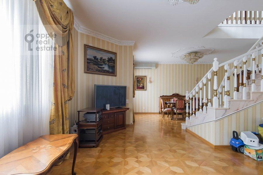 Гостиная в 4-комнатной квартире по адресу Малый Николопесковский переулок 4
