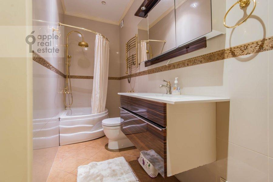 Bathroom of the 5-room apartment at Aviatsionnaya ul. 77Bk5
