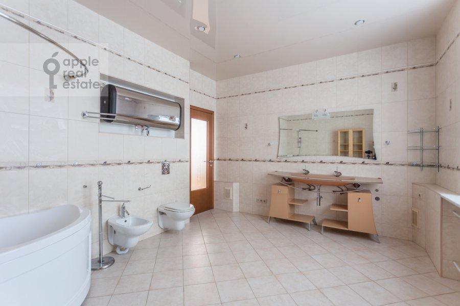 Bathroom of the 5-room apartment at Taganskaya ulitsa 36k2