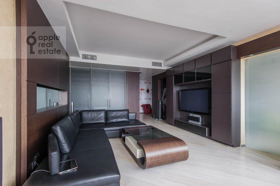 Living room of the 2-room apartment at Bol'shie Kamenshiiki ul. 2