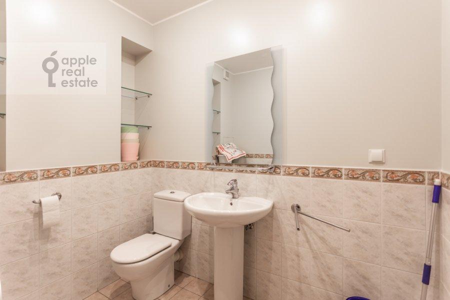 Bathroom of the 4-room apartment at Pogorel'skiy pereulok 6