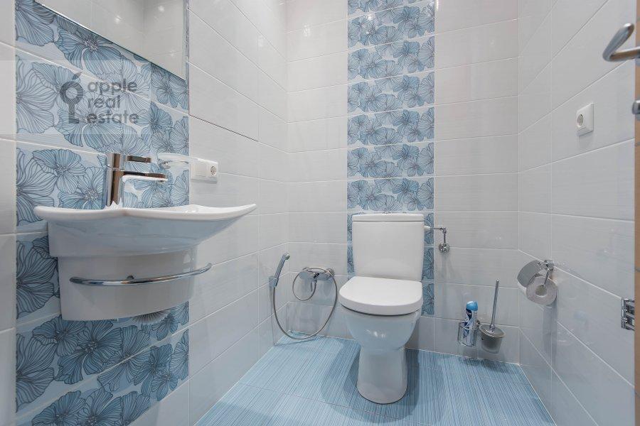 Bathroom of the 3-room apartment at Aviamotornaya ulitsa 12
