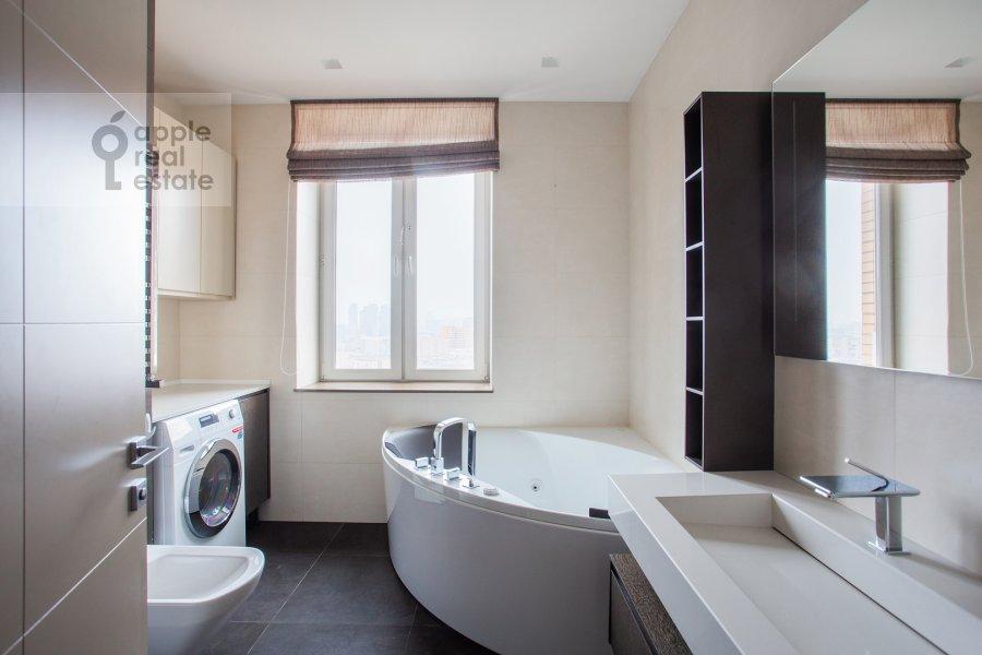 Bathroom of the 4-room apartment at Chasovaya ulitsa 23k1