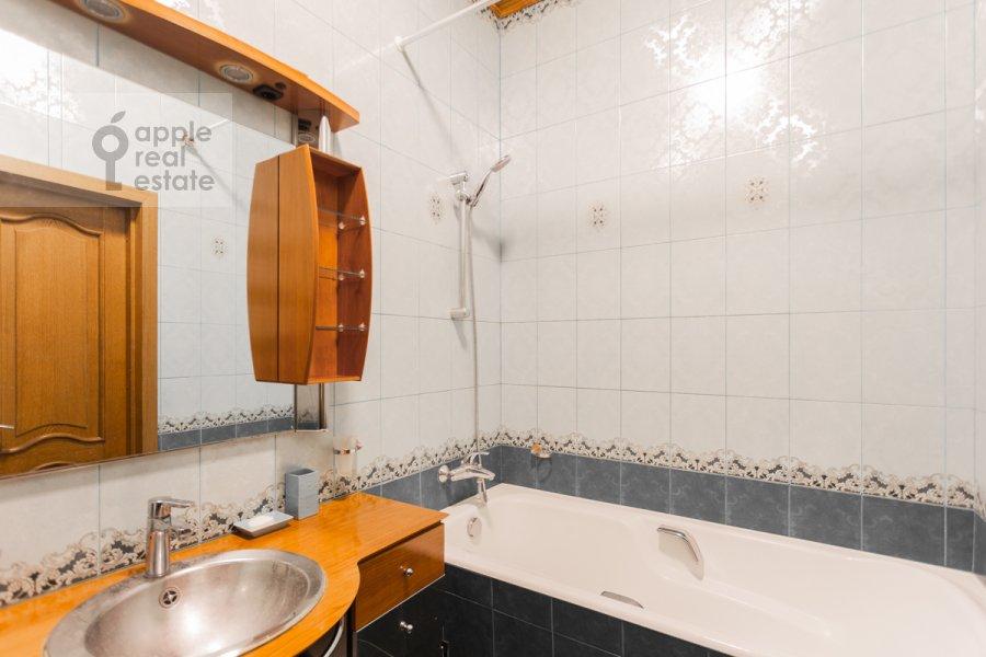 Bathroom of the 3-room apartment at Gilyarovskogo 4k1