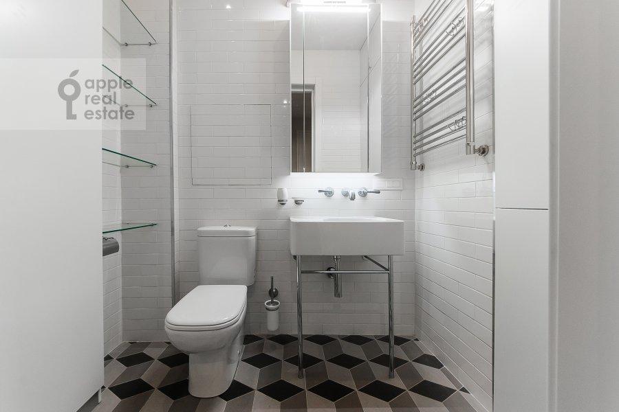 Bathroom of the 4-room apartment at Ordzhonikidze 1