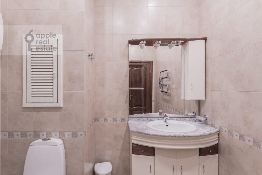 Bathroom of the 3-room apartment at Arkhitektora Vlasova ul. 18