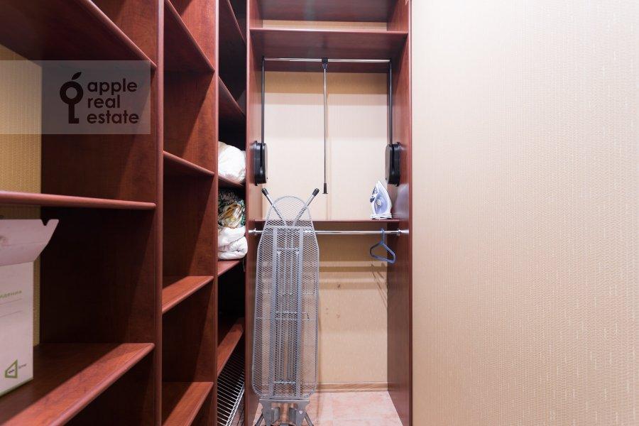 Walk-in closet / Laundry room / Storage room of the 3-room apartment at Arkhitektora Vlasova ul. 18