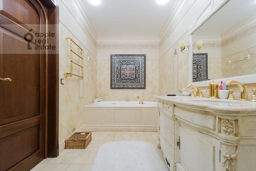 Bathroom of the 3-room apartment at Novatorov ul. 8 korp2