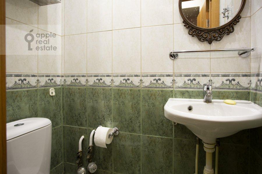 Bathroom of the 4-room apartment at Tarasa Shevchenko nab. 3k3