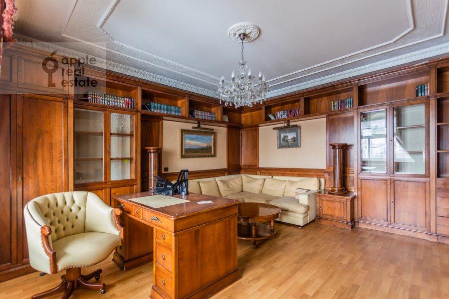 Children's room / Cabinet of the 4-room apartment at Starokonyushennyy pereulok 28s1