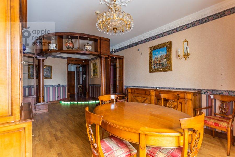 Living room of the 4-room apartment at Starokonyushennyy pereulok 28s1