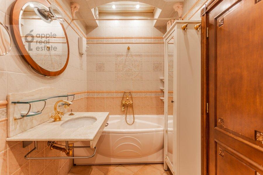 Bathroom of the 4-room apartment at Starokonyushennyy pereulok 28s1