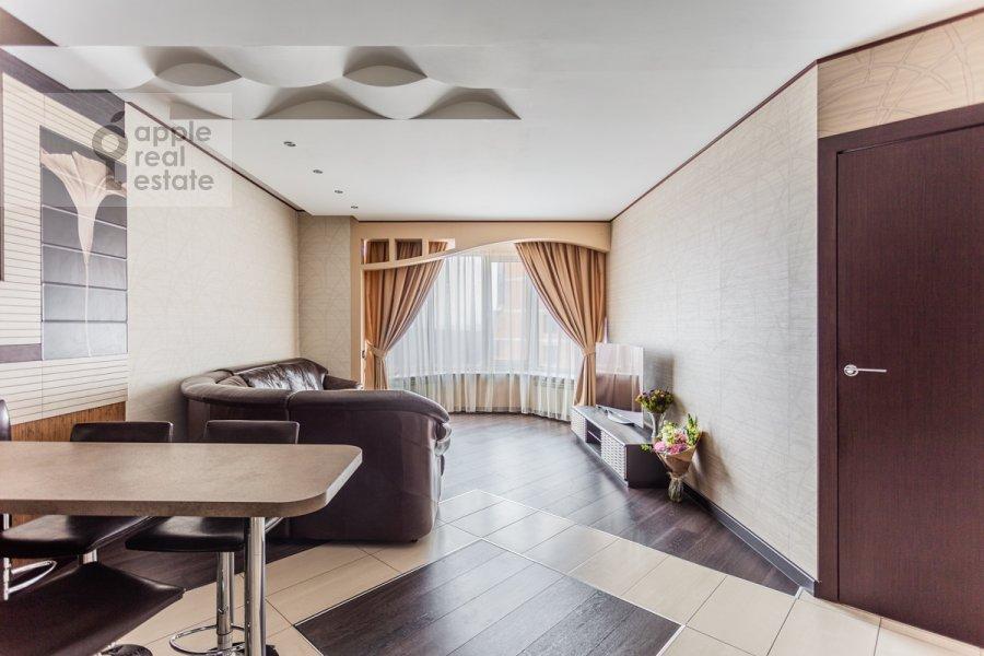 Living room of the 2-room apartment at prospekt Vernadskogo 92