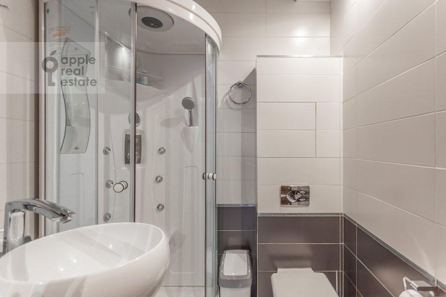 Bathroom of the 2-room apartment at prospekt Vernadskogo 92