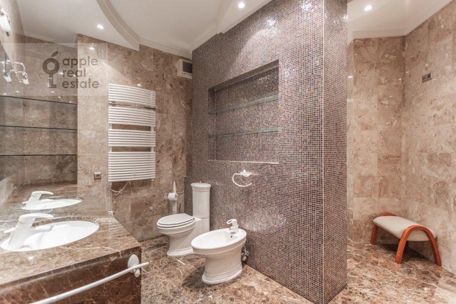 Bathroom of the 2-room apartment at 1-y Smolenskiy pereulok 17