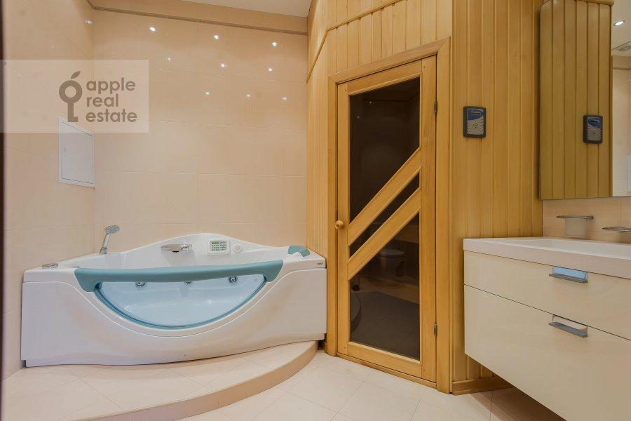 Bathroom of the 5-room apartment at Leninskiy prospekt 106k1