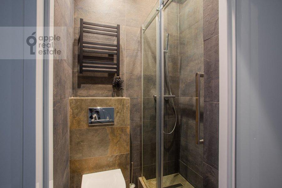 Bathroom of the 5-room apartment at Spiridonovka 38