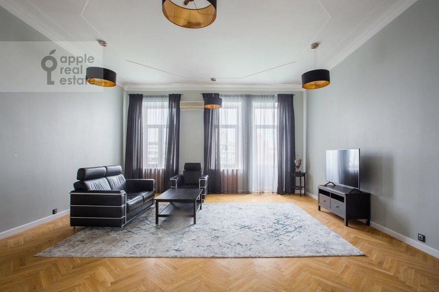 Living room of the 5-room apartment at Spiridonovka 38
