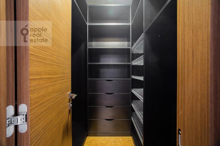 Гардеробная комната / Постирочная комната / Кладовая комната в 4-комнатной квартире по адресу Ломоносовский проспект 25к5