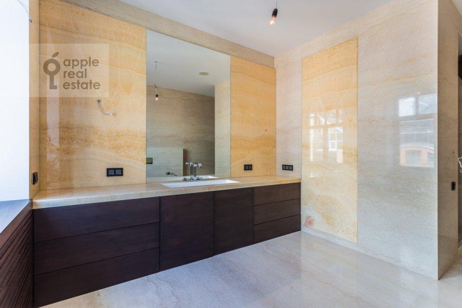 Bathroom of the 3-room apartment at 3-ya Tverskaya-Yamskaya ul. 25