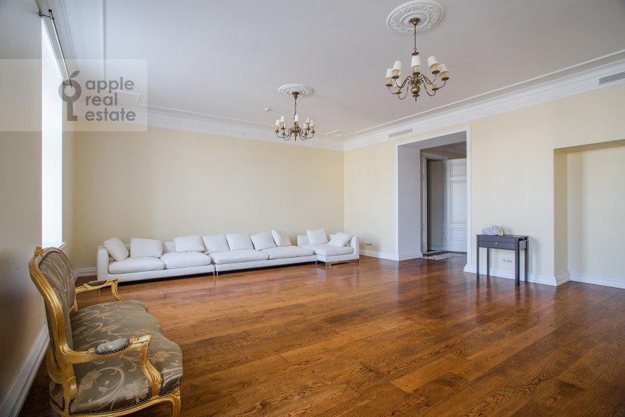 Living room of the 4-room apartment at Sretenskiy bul'var 6/1S2