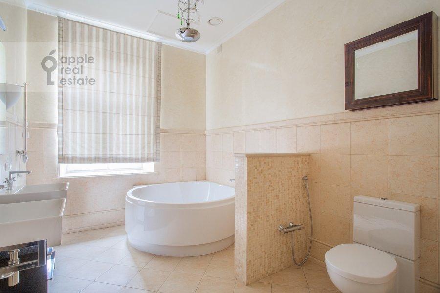 Bathroom of the 4-room apartment at Sretenskiy bul'var 6/1S2