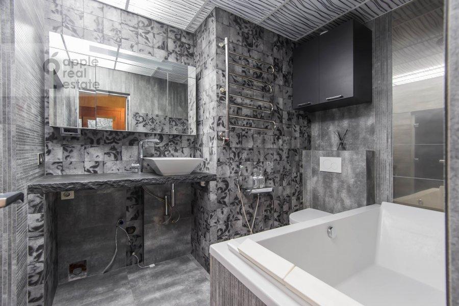 Bathroom of the 6-room apartment at Mytnaya ulitsa 7s1