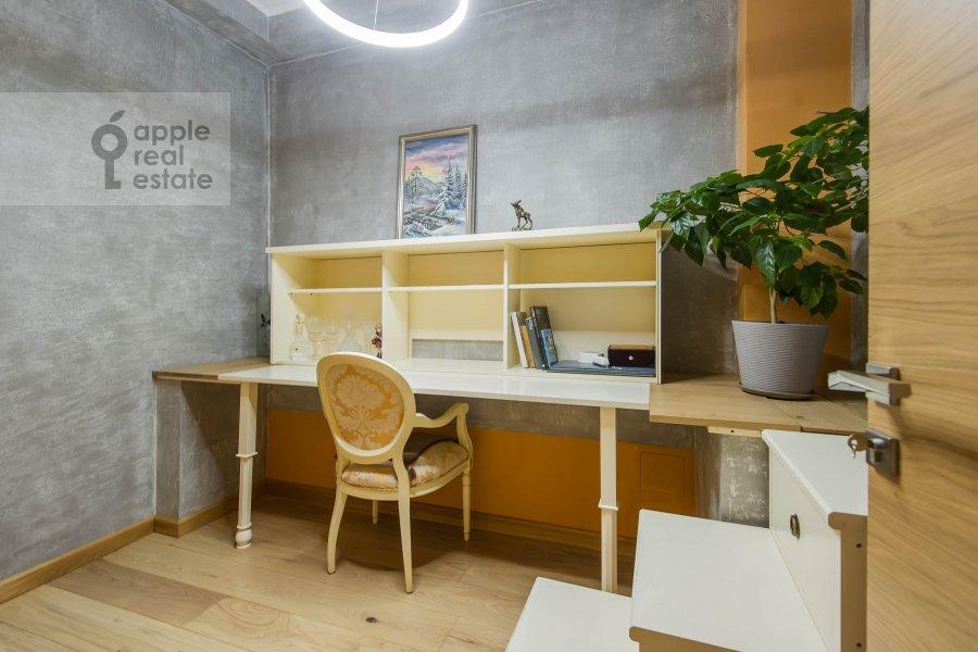 Детская комната / Кабинет в 6-комнатной квартире по адресу Мытная улица 7с1